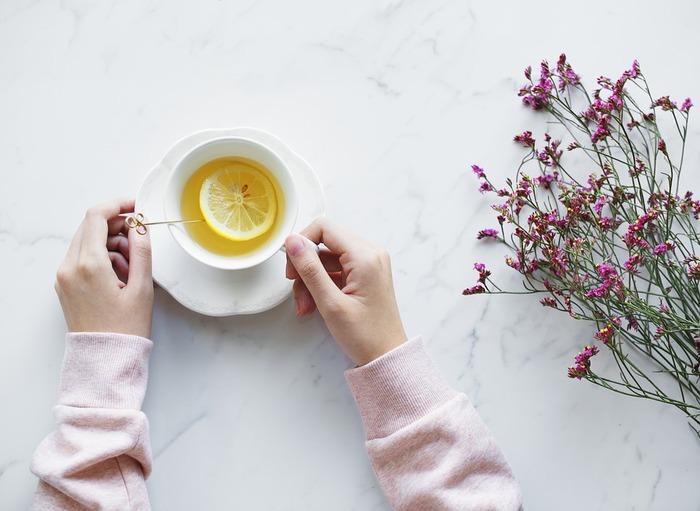 体のだるさが抜けない…という時は、ビタミンCを補給するのがおすすめです。野菜類を多く取るのはもちろん、レモネードなどクエン酸が多く含まれた飲み物をリフリッシュに楽しんでみて下さい。柑橘果汁がおすすめですが、夜寝る前なら、食用の粉末クエン酸を水で解いた物に蜂蜜やオリゴ糖を加えて酸味を抑えた物をに飲むと、翌朝の目覚めが違ってきます。