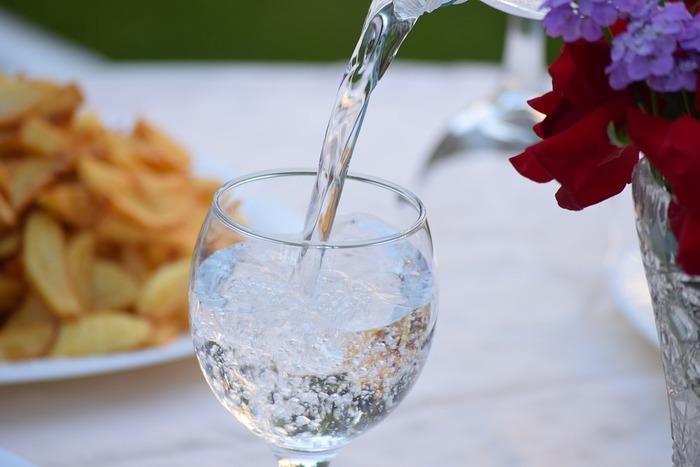 作業に集中できない時、意外に多いのが「水分不足」です。脱水して体に水分が足りないと、知らずのうちに脳がストレスを感じてしまい集中できない原因に。お茶は飲んでいるという人でも、カフェインの多い飲み物だと逆に脱水の原因になる事も…。コップ一杯程度の水を飲む事で、ストレスから開放されるかもしれません。