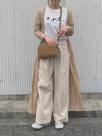 こちらのコーディネートは、白×ベージュの爽やかな配色が印象的です。A.P.Cの可愛いロゴTシャツと、上品なレザーバッグの組合せがとっても素敵ですね。季節感あふれる軽やかな着こなしは、春のお出かけにぜひおすすめです。