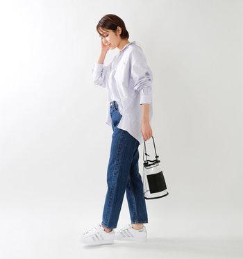 シャツ+デニムのシンプルスタイルでも、メタリックなラインが入った白スニーカーやビニールバッグをさりげなくを合わせれば、周りと被らない自分らしいスタイルに♪