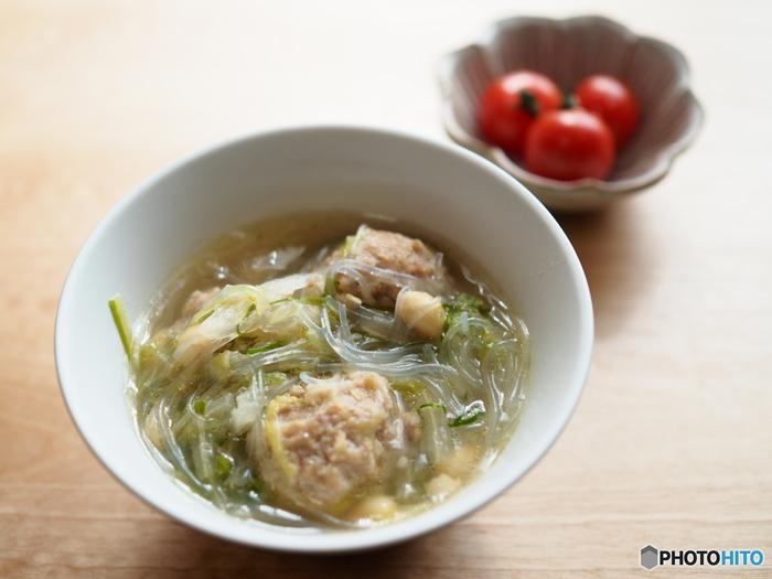 そして、春雨スープは名前の通り、春雨の入ったスープのこと。インスタント食品などでもよく見かけますが、おうちでも意外と簡単に手作りできるんですよ。春雨は水で戻さずにスープに入れるだけなのでお手軽。いつものスープにボリュームを加えたいときにも役立ってくれます♪