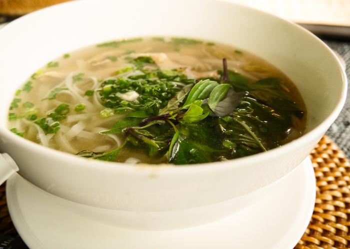 フォーは、場合によっては水で戻して、一度茹でてから器に入れ、スープを注ぎます。あっさり味のスープに良く合う麺なのでシンプルな味付けでもおいしく、パクチーやレモンなどを加えて味わいを調整することもできるので便利ですよ。  炭水化物からできたフォーのカロリー自体はうどんやスパゲッティなどの麺類よりもやや高カロリー・高糖質ではありますが、鶏肉などを茹でて作るスープなどで油を使わずに作れたり、たっぷりの野菜と一緒に食する機会が多いことからヘルシーさが期待されているんです♪献立を考える時には、フォーのスープの材料も意識するとなお良いでしょう。