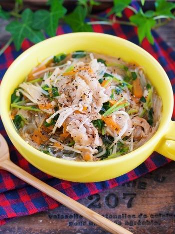 こちらは、豚バラの薄切り肉入り、その他ににんじん、えのき、豆苗などの野菜もたっぷりで食べ応えのある春雨スープです。えのきや豆苗などの細身の野菜が麺のように感じられるので、春雨が少なめでも満足できるのだそう♪