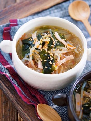 忙しい朝にもオススメ。5分で完成の春雨スープです。鶏がらスープの素としょうゆで作ったスープに具材を入れて、数分間煮込めば完成♪いり白ごまをちらし、仕上げにごま油で香り付けをしましょう。
