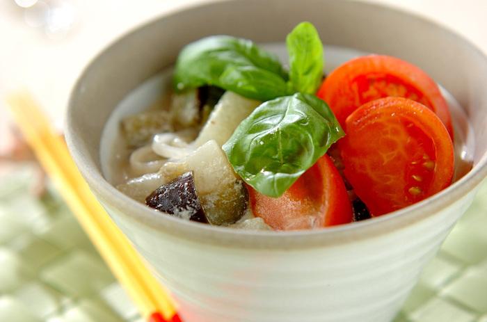 こちらはグリーンカレー味のフォーです。グリーンカレーペーストやココナッツパウダーを使うのがポイント。ココナッツパウダーはお湯で溶かしてから使いましょう。茹でたフォーに、冷やしたグリーンカレーをかけて、トマトやバジルを添えたら完成♪