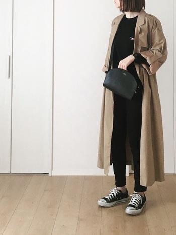 シンプルで上質な「レザーバッグ」も、ブランドを代表する人気アイテムです。こちらのレザーバッグは、丸みのあるデザインが女性らしくて上品な印象。黒を基調としたシンプルなカジュアルコーデにプラスするだけで、大人っぽく洗練されたスタイルに仕上げてくれます。