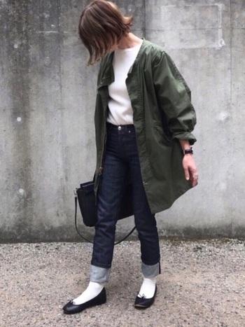履き心地に定評のあるA.P.Cのジーンズは、体にフィットする美しいシルエットも魅力のひとつ。こちらのコーディネートはビッグシルエットのミリタリーコートと、細身のデニムのバランスが絶妙ですね。裾をロールアップした着こなし方や、白ソックス×バレエシューズの組合せも大人可愛い雰囲気です。
