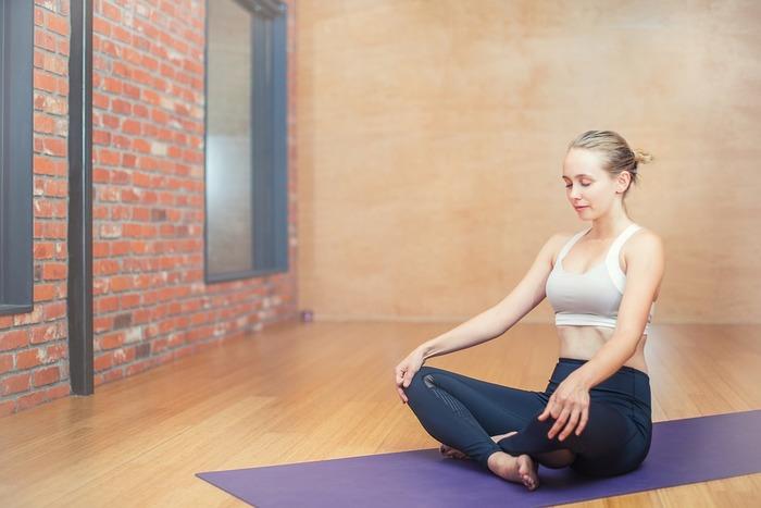 座ってする作業を続けていると筋肉が凝って、姿勢を取る事そのものが辛くて取り掛かれない事も…。簡単なヨガやストレッチを行うと集中が取り戻せて、やる気が湧くきっかけになるかもしれません。