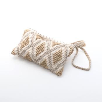 イタリアの伝統的な手織布を使ったクラッチバッグ。熟練の職人によって作られ、上質な雰囲気たっぷりのバッグに仕上がっています。