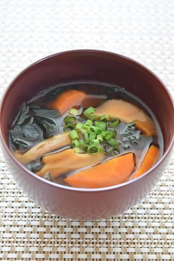 最後にごま油を1~2滴加えることで、香ばしい風味とコクがプラスされます。たくさん入れてしまうと中華風の味になってしまいますので注意しましょう。