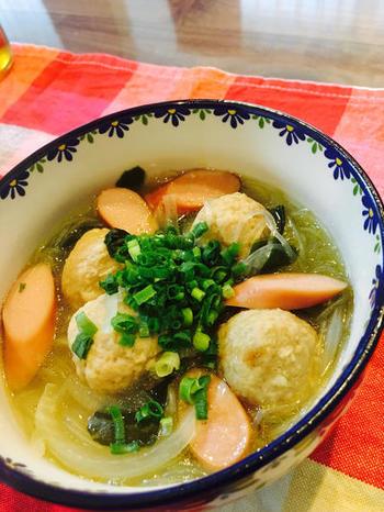 こちらも肉団子やウインナー入りでボリュミーな春雨スープです。冷凍肉団子を使ったレシピなので短時間で完成できますよ。お好みでショウガを入れてもおいしいのだそう♪