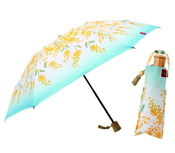 ミモザ柄の可愛らしい折り畳み傘は、手仕事で作られた手ぬぐいから生まれた晴雨兼用傘で、特別感がありますね。手ぬぐい同様に柄も豊富にあるため、手に取るたびにワクワクするようなお土産を見つけることができるお店です。