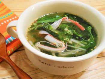 春雨には熱湯を注ぐだけで戻せるタイプのものもありますので、カップに入れてすぐに飲みたい時などにぜひ活用してみてください。こちらは、熱湯で戻せる春雨と、お湯で戻せる、またはそのまま食べられる具材、調味料などを全てカップに入れて、熱湯を注ぐだけでできちゃうクイックレシピです♪