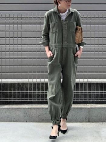 袖つきのジャンプスーツタイプのオールインワン。カーキはメンズライク感が強めですが、ジャストサイズ&ヒールを合わせることでキレイめな印象に。バッグも小ぶりなクラッチで常任差を加て。