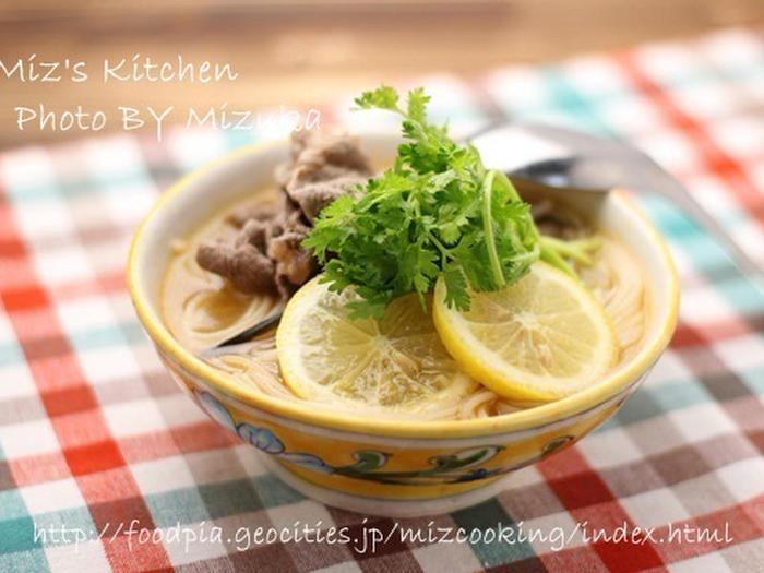 こちらは牛薄切り肉を使ったフォーのレシピです。まずスープでフォーを茹でて器に入れたら、同じスープで牛肉に火を通しそのまま器に注ぐだけのお手軽レシピ。レモンやパクチーを彩りよく盛り付けたら完成です♪