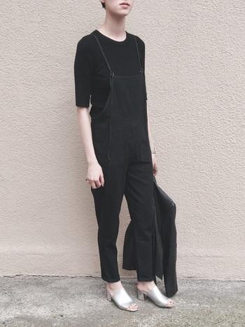 黒のサロペットに五分袖のインナーを合わせたオールブラックコーデ。テーパードラインが洗練された印象を与えます。足元のシルバーのミュールでモードエッセンスをプラス。