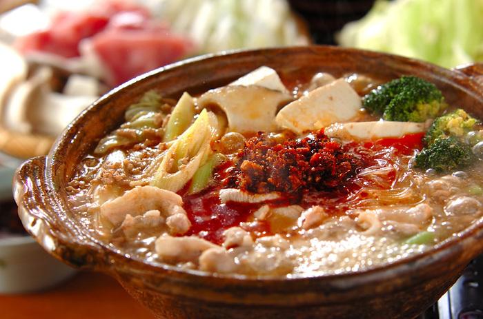 春雨スープをメインに食べたいときには、こんな食べ方もありますよ。豚肉は、薄切り肉とひき肉を両方使ってたっぷりと。さらに、食べるラー油を一瓶使った豪快なレシピです。スープは市販品を使うのでお手軽。春雨がスープの旨味を含んで絶品の味わいになるのだそう♪