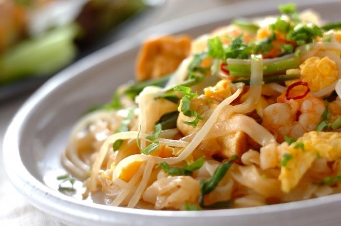 フォーの麺を使った汁なしの料理レシピで、こちらは炒めて作ります。甘い、酸っぱい、辛い、が同時に楽しめる味わい。エビ、厚揚げ、卵、野菜など、いろいろな具材が入っています。炒める前にフォーが固まっていたら、水で洗ってほぐしてから加えてくださいね♪