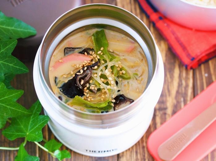こちらの春雨スープはジャーに入れたお弁当にもおすすめのレシピです。春雨はジャーの大きさに合わせてカットしましょう。春雨とスープを注いでおけば、お昼にはちょうど食べごろになっていますよ♪