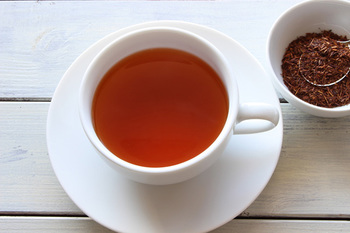 """ノンカフェインのお茶・ルイボスティーも花粉症に効果的。免疫力低下の原因である活性酸素を抑える""""SOD酵素様物質""""が含まれているので、花粉症への抵抗を高めてくれるんです。"""