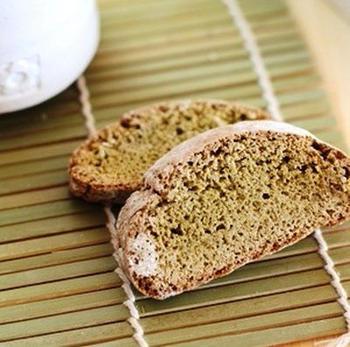 粉末の青汁ときな粉を混ぜ込んで作る、とってもヘルシーなビスコッティ。コーヒーはもちろん、緑茶や日本茶のお供にぴったりです。