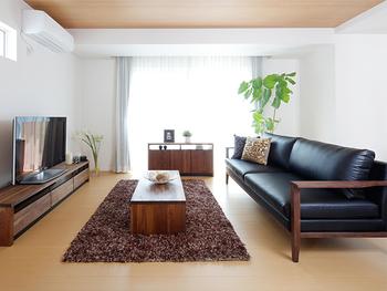 リビングに置くものは、必要最低限の家具や雑貨だけに。上質感のあるレザーソファやウォールナット家具などを選べば、ホテルのイメージに近づきます。