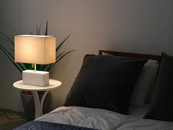 ホテルは、ほの暗い照明が印象的な空間。間接照明やスタンドライトを取り入れてほっとできる雰囲気を演出してみては。眠ることに集中できるインテリアをが理想的ですね。