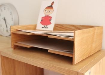 書類を寝かせて収納できるトレーのいいところは、書類の枚数が少なくても中で倒れないところや、書類のサイズを気にせず収納できるところです。紙類や薄いもの、細々したものを入れるのに適しています。