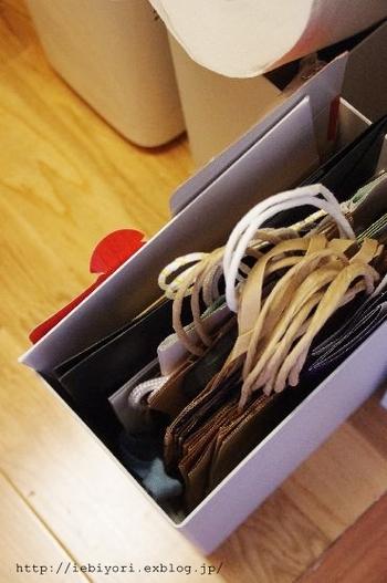サイズがバラバラで収納が難しい紙袋は、ケースに立てて収納するとすっきりします。ケースに入るだけ保管して、それ以上は処分と決めておけば、溜まってしまうこともありません。
