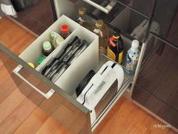 調味料のボトルをケースに入れて収納すると、キッチンの引き出しがすっきりします。ニトリのファイルボックスは、シンプルな形で人気です。
