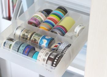 可愛くてつい集めてしまうマスキングテープは、100均や無印のケースで仕切って収納。引き出しの中で転がってしまうストレスを解消できます。