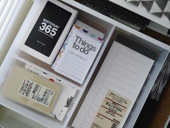 引き出しの中でごちゃごちゃになってしまう小さな付箋やメモは、無印の「PPデスク内整理トレー」で仕切ればすっきり。