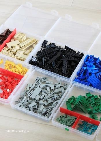 ブロックのおもちゃを仕切りつきのケースに収納すれば、色ごとに分けられて使いやすくなります。お子様にも嬉しい収納方法ですね。