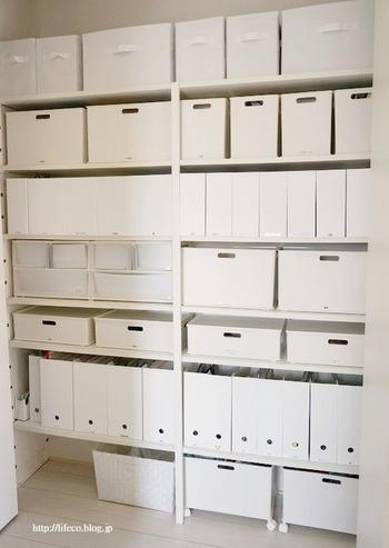 パントリーを、全て白のファイルボックスやケースで統一した収納。見た目がすっきりして整ったパントリーになります。それぞれのケースにラベリングをすれば、中に何が入っているか見分けやすくなります。
