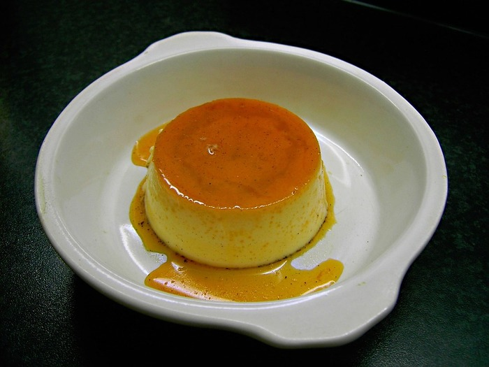 ときどき無性に食べたくなる昔風のプリン。卵白よりも卵黄を多めに使って作るため、卵臭さを抑えるためにみりんを隠し味にするのがおすすめです。みりんをリキュールとして使うことで風味も増します。