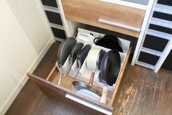 収納ケースにフライパンや鍋を立てて収納すると、取り出しやすく見た目もすっきり。