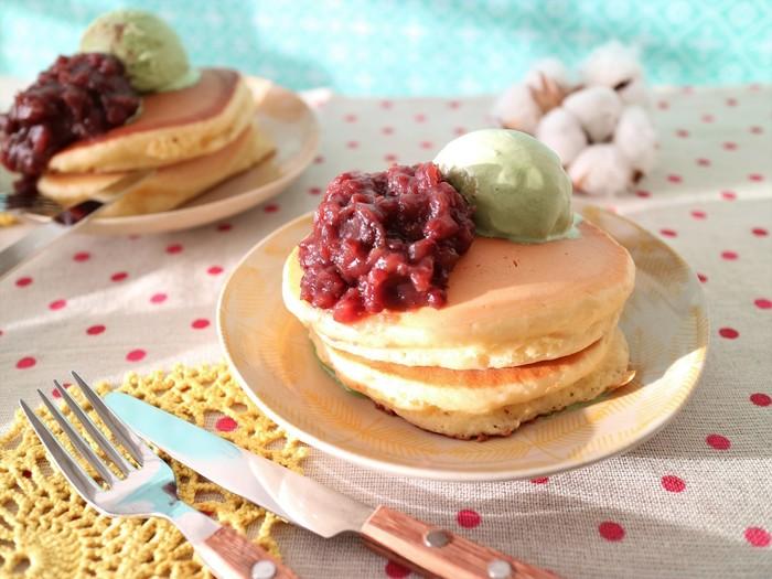 ホットケーキにマヨネーズを入れると、ふっくらと仕上がります。しかも表面はサクッとしており、食感の違いが楽しめます。トッピングに工夫すれば、カフェ風の素敵なお食事タイムになりますね。