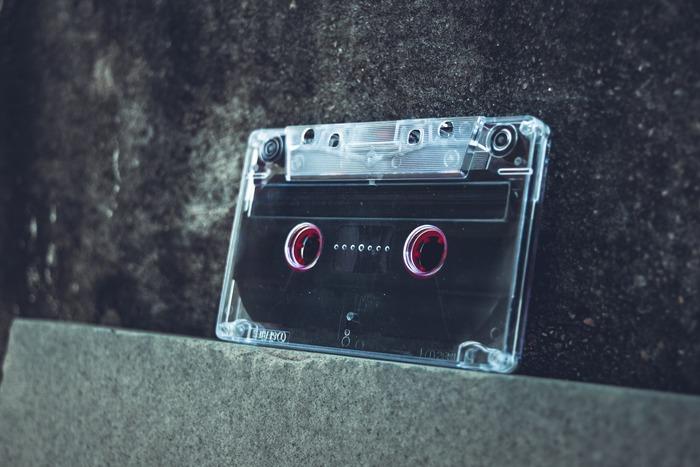 物語の中で、朔太郎と亜紀は、カセットテープを使った「交換日記」をやりとりします。互いの自己紹介をしたり、病気への不安を正直に語ったり・・・亜紀の当時の声がそのまま残るテープは、朔太郎の記憶そのものです。  律子がテープを持って姿を消した理由、そして亜紀の最後の願いがわかるラストシーンは、涙なしでは観られません。