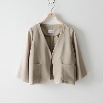 ジャケットはノーカラーのものがおすすめ。きちんと感を演出しつつも、襟付きよりも柔らかな雰囲気でリラックス感を作り出すアイテムです。