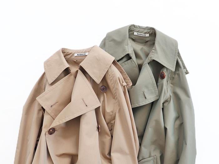 トレンチコートは、オン・オフと役に立つアイテムのひとつ。パンツ、スカート、ワンピースとどんなアイテムとも合わせやすいところが魅力です。ウエストをベルトマークすればカチッとした着こなしに、ボタンを開けてサラッと羽織ればこなれた雰囲気が作れるトレンチコートは、ワードローブに加えておきたいアイテムです。
