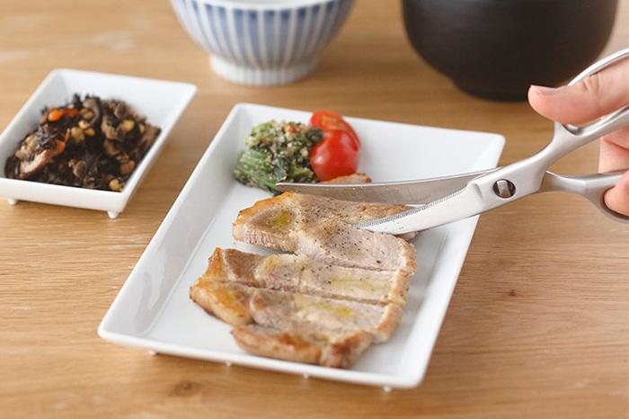 包丁では切りにくい海苔を切ったり、お漬物をお皿の中で刻んでそのまま出したりもできます。さらに、調理した料理をお子さんや年配者用に細かく切るなど、日常のさまざまな場面でキッチンバサミは大活躍します。