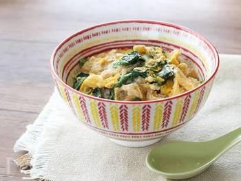 さっと煮て卵でとじれば完成のお手軽レシピ。お肉を使わず油揚げを使用し、タンパク質と野菜を一度にとれる優しいお味の丼ものです。