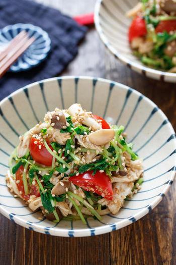 豆苗の緑と、ミニトマトの赤が美しいお手軽レシピ。豆苗は切りやすくサッと調理もできるので、忙しい人におすすめのお助け食材ですね。