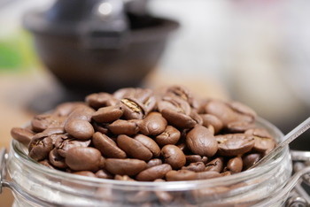 コーヒー豆の保存には、パッキンがついている密閉保存タイプのキャニスターがおすすめです。サイズも様々ありますが、大きすぎないものを選びましょう。他の食品に賞味期限があるように、コーヒー豆にも美味しく飲める目安の期間があります。「新鮮なうち」というのは、コーヒー豆を袋から開封してから1週間、長くても10日以内と言われています。できるだけ、この期間内に飲み切れる量のコーヒー豆を保存できるサイズを選びましょう。さらに、コーヒー豆を少量ずつ買い足すようにできれば、なお良いでしょう。