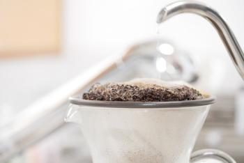 お湯の適温は、90℃~96℃が目安と言われています。いったん沸騰させたお湯は、少し置いて温度を下げてから使いましょう。