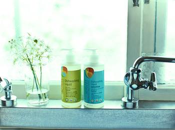 スポンジの洗浄に良いとされているのは「中性洗剤」。家庭にあるものの中では、「食器用洗剤」が代表的なものです。(一部中性ではない食器用洗剤もあります)  実は、食器用洗剤でスポンジを洗うのはNGではないとのこと。汚れ落ちもよく、手軽に洗浄できるのはメリットです。