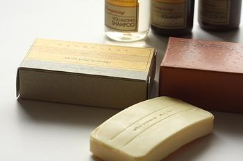 その点、肌には優しそうな「石鹸」はどうかというと・・・残念ながら石鹸は「アルカリ性」のため、ファンデーションや皮脂のような油性の汚れを落とすのには適していないのです。