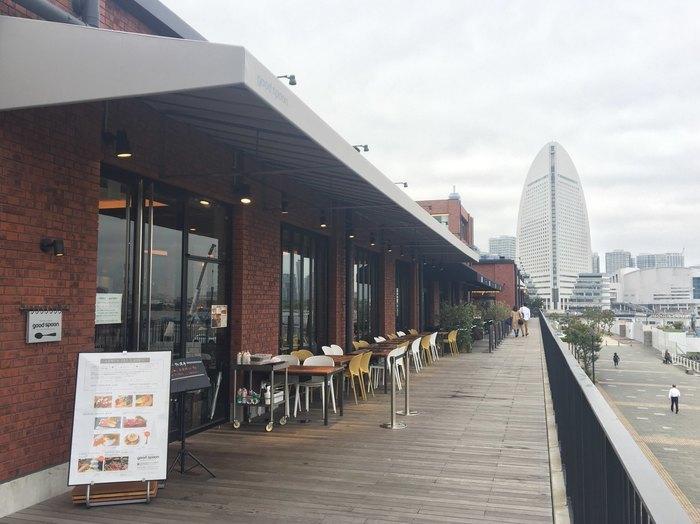 港側に位置したお店なので、テラス席からはもちろん、店内の窓側からも海を眺めながらおいしいひとときを過ごすことができます。