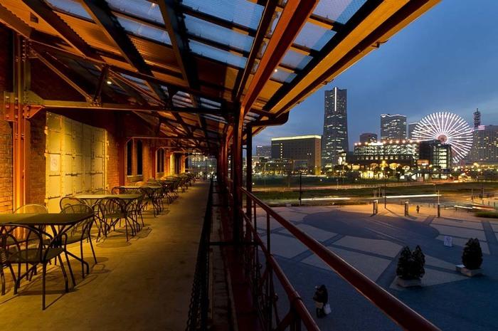 開放的なテラス席からは、みなとみらいの高層ビル群と観覧車を一望できます。お昼はもちろん、夜景をながめながらいただく生ビールは絶品です。
