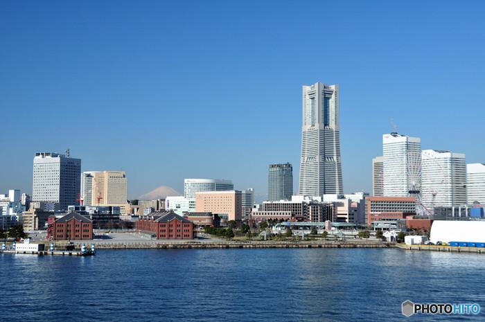 港町ならではの海が見える美しい景色と、異国情緒漂う国際的な雰囲気がミックスされた魅力あふれる街・横浜。国内外を問わずたくさんの観光客が訪れる、人気の観光スポットでもあります。 せっかく横浜に来たなら、海を感じられる所でランチを楽しみたいものですよね。潮風を感じながらおいしいランチがいただける、横浜のおしゃれスポットをご紹介します。